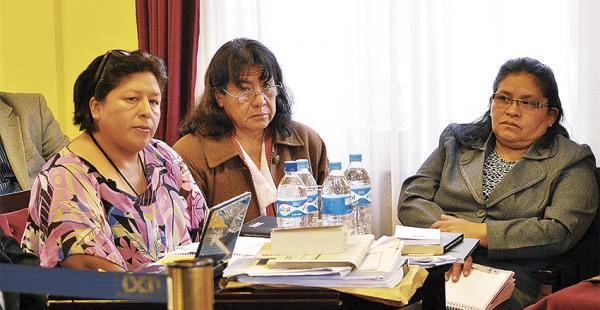 María Elizabeth Quispe, primera de la izq., y Norma Espinoza (centro) renunciaron ayer al cargo