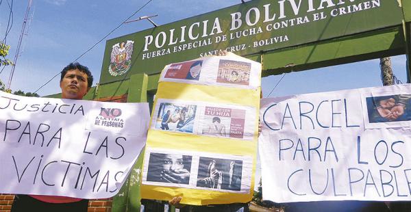 Familiares y amigos de la víctima exigieron ayer en la Felcc que la Policía muestre a los dos proxenetas