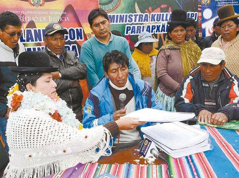 El Alto. La ministra de Justicia, Virginia Velasco, recibe quejas contra empleados judiciales, el sábado.
