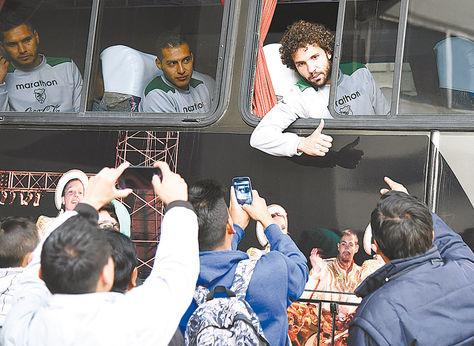 Apoyo. Fernando Marteli saluda a unos aficionados  desde el bus al final del entrenamiento de ayer.