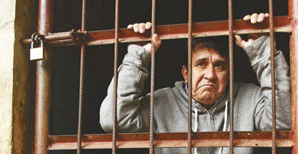 Carmelo Lens salió enmanillado tras la audiencia de cesación de detención, su familia lo acompañó. El lunes volvió al penal de Mocoví