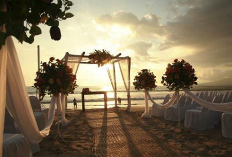 Los novios se casarán a la orilla del mar mientras el sol se oculta en las aguas del Caribe