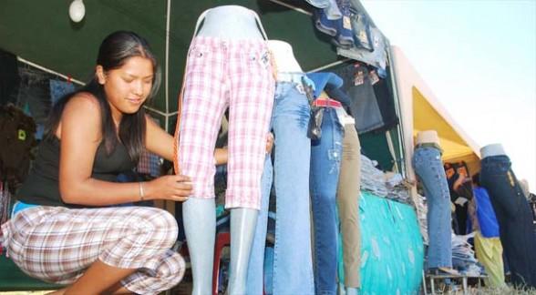 Una microempresaria expone sus productos de textiles en Quillacollo.| Foto referencial  - Hernán Andia Los Tiempos