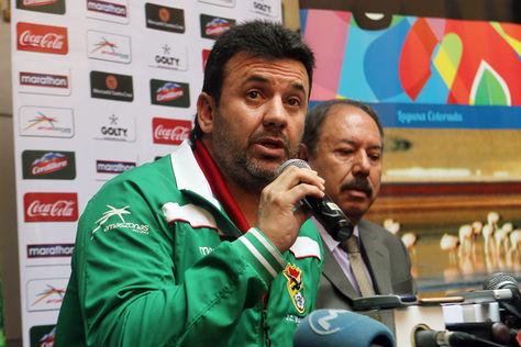 El entrenador de Bolivia, Julio César Baldivieso, habla en rueda de prensa.