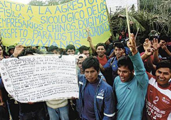 Obreros de la empresa Sinohydro, que construye la doble vía Ivirgarzama-Ichilo, en vigilia el pasado martes. - El Deber Agencia