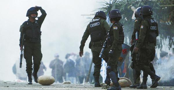 Ayer, a las 5:38, la Policía gasificó a los trabajadores de Sinohydro que bloquearon por casi seis horas