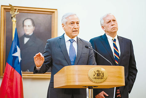 Santiago. El canciller de Chile, Heraldo Muñoz, junto al ministro del Interior, Jorge Burgos, en la conferencia de ayer. Foto: Ministerio de Relaciones Exteriores de Chile