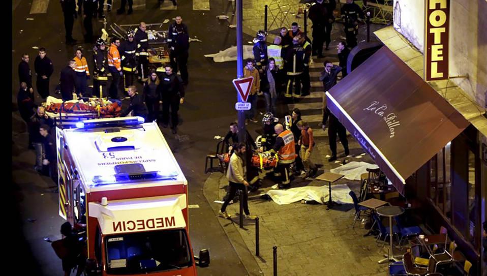 Equipos médicos trabajan sobre las víctimas del atentado en el bar La Belle Equipe en París. (Reuters)