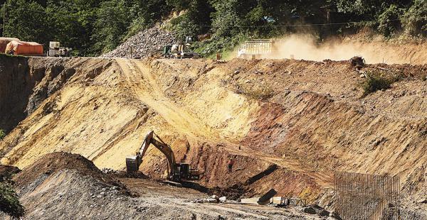 Las empresas contratadas por ABC Santa Cruz apuran la rehabilitación de los tramos que presentan deterioro entre La Angostura y Bermejo, en la carretera a los valles cruceños