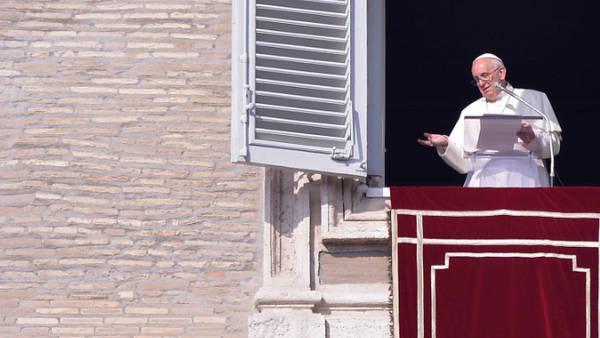 El papa Francisco, esta mañana en el Angelus en la Plaza de San Pedro. (EFE)