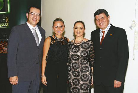 Mario Aguilera (Santa Cruz), Valeria Urey, Rim Safar (Bolivia) y Freddy Terán, gerente del Colegio de Arquitectos