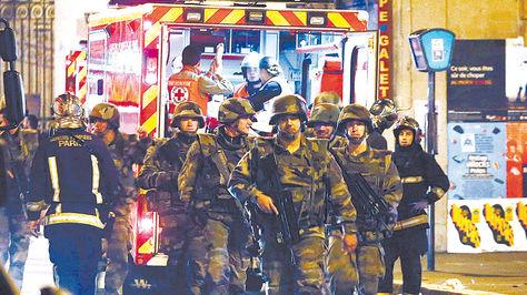 Medidas. Efectivos armados salieron a patrullar las calles momentos después de los atentados terroristas. Francia está en emergencia.