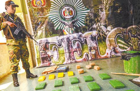 Interdicción. Un efectivo de la FELCN junto a la droga incautada en cuatro operativos en La Paz.