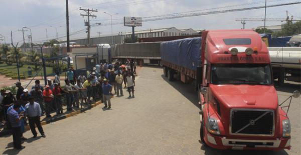 Afuera de Albo una fila de camiones aguarda con su carga