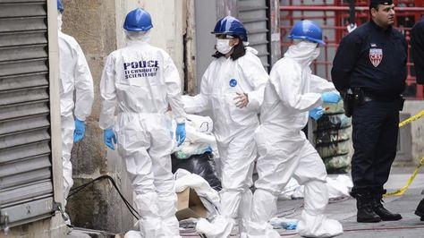La policía forense trabaja en la calle Corbillon en Saint Denis a las afueras de París (Francia) hoy, 19 de noviembre de 2015, tras la redada antiterrorista llevada a cabo ayer en la zona. Foto: EFE