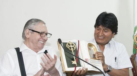 El presidente Evo Morales junto al alcalde, Perecí Fernández, asegura financiamiento para la construcción del Tren urbano en Santa Cruz. Foto: ABI