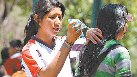 Dos muchachas se refrescan hace unos días en el centro de la ciudad de La Paz.
