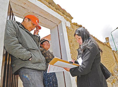Datos. Una joven efectúa una encuesta a ciudadanos de La Paz.