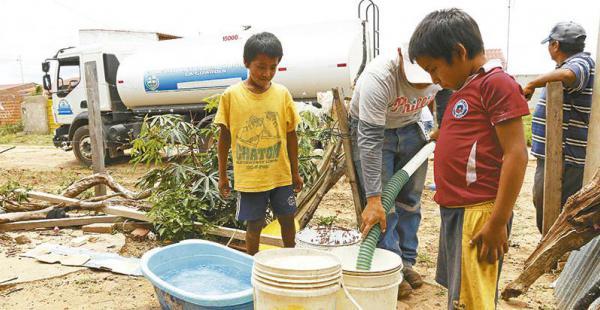 a llenar los recipientes los niños ayudaron a que baldes y bañadores estén con agua  Ayer fue un día de regocijo. Llegó un camión cisternas y el agua empezó a salir de la manguera