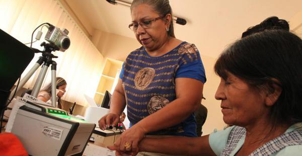 Las personas acuden de forma presurosa a los puntos de registro para acceder al padrón electoral