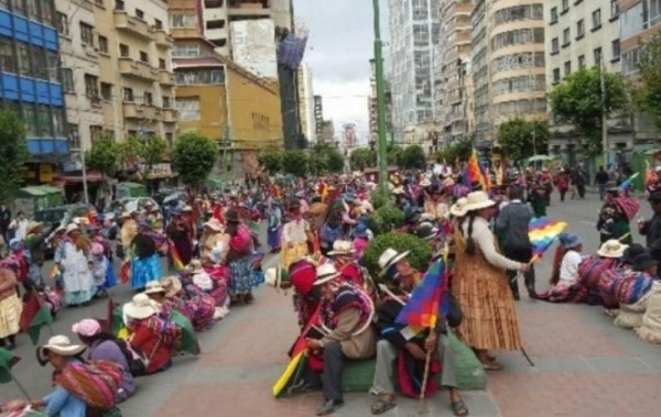 Multitudinaria marcha pide asfaltado de ruta Charaña-Viacha