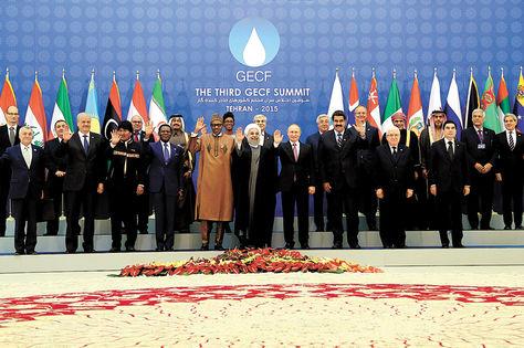 Teherán. Los participantes en la III Cumbre del Foro de Países Exportadores de Gas posan, ayer, para la foto oficial en la sede del encuentro.