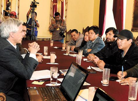 Diálogo. Álvaro García se reunió ayer con la dirigencia de la COB para explicarle el pedido de los privados.