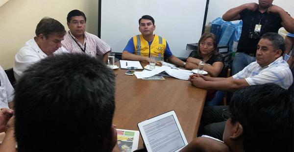 El director Carlos Alberto Moreira y la concejala Loreto Moreno escucharon los acalorados reclamos de un sector de los taxistas
