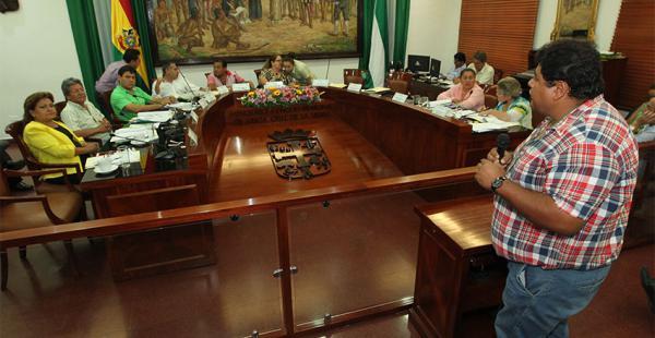El representante de los 'inquilinos', Ronny Chávez, en su intervención ante el Concejo Municipal