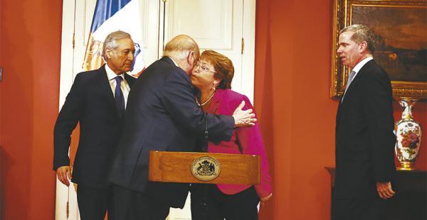 La presidenta de Chile, Michelle Bachelet, saluda a su delegado ante La Haya, José M. Insulza