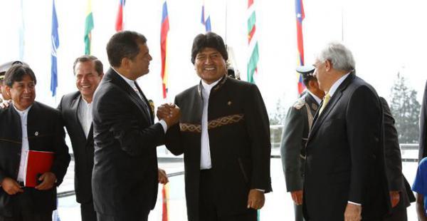 El presidente de Bolivia, Evo Morales, es recibido por su par ecuatoriano Rafael Correa, en la previa al ingreso de la sesión plenaria de la Onasur que realiza en Ecuador