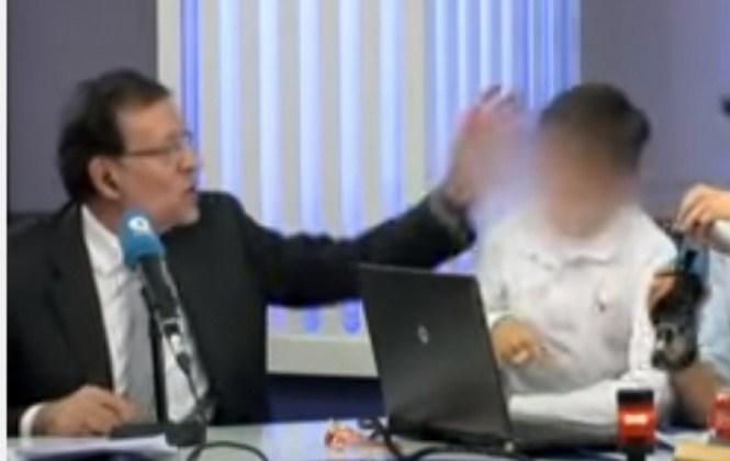 Mira el video donde Mariano Rajoy le da una palmada a su hijo en programa de radio
