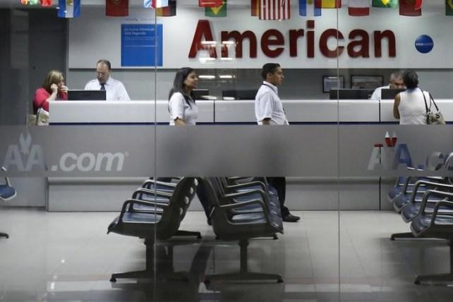 Clientes son atendidos en una oficina de American Airlines en Caracas