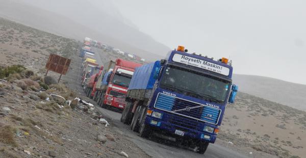 Miles de camiones permanecen varados en la frontera con Chile a la espera de entregar su mercadería. (Foto de Miguel Melendres)