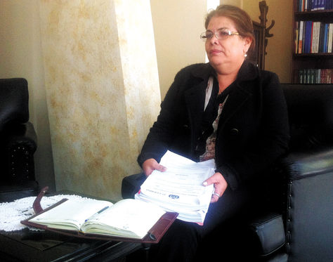 Posesión. Carmen Sandoval sostiene un expediente tras asumir la titularidad en el TCP ayer, en Sucre.