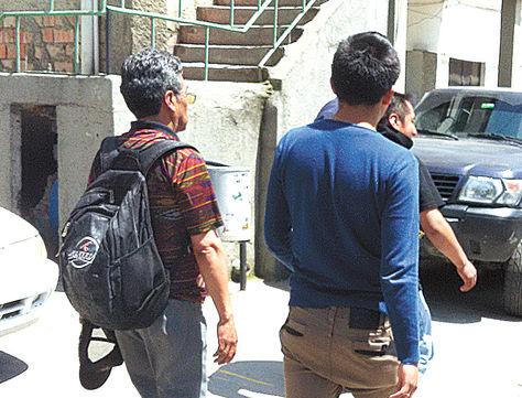 La Paz. Tres de los sospechosos, ayer, cuando eran trasladados a celdas policiales de la FELCC.