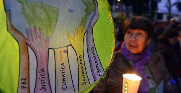 Un cartel durante una manifestación previa a la cumbre COP20, en Lima, reclama acciones en varios frentes para evitar que el planeta se recaliente