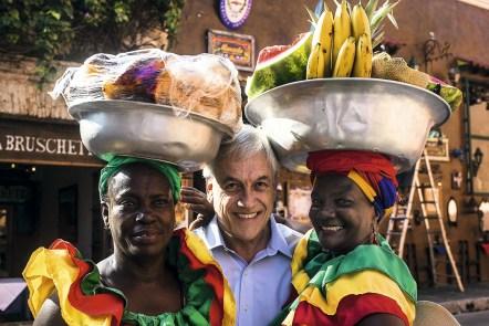 El expresidente de Chile Sebastián Piñera con las palenquera de Cartagena, Colombia el 25 de noviembre de 2015. Foto:Joaquin Sarmiento/Archivolatino