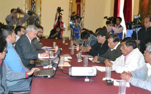 REUNIÓN. El Vicepresidente y algunas autoridades explican a los dirigentes de la COB el acuerdo con el sector privado. -   Archivo La Prensa