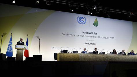 El ministro de Relaciones Exteriores de Francia, Laurent Fabius, interviene durante la inauguración de la 21ª conferencia del clima (COP21) en París. Foto: AFP