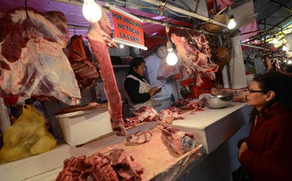 COMERCIALIZACIÓN. Uno de los puestos donde se vende la carne de res y de otras variedades en la ciudad de La Paz. - Agencia Bolivia de información ABI Agencia