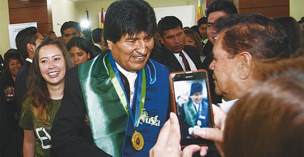 El presidente Evo Morales recibió ayer el Doctor Honoris Causa de la San Francisco de Asís en La Paz