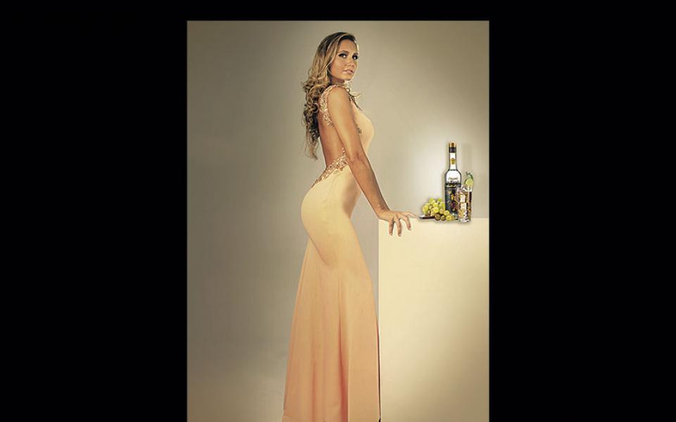 Andrea Forfori (Los Parrales). Con un escote de infarto en la espalda, así se muestra la rubia (miss Bolivia Mundo 2014) en la producción de esta marca de vinos. Se aprovechó el porte, la elegancia y la altura (1,79 m) para lograr una imagen más sobria