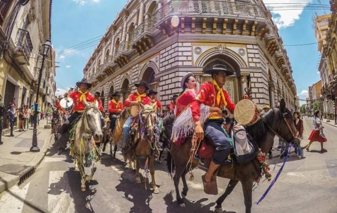 El jueves de compadres: Una tradición boliviana que abre el carnaval 2016