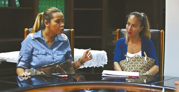 Rosa María Valenzuela y Carola Barros en su visita a EL DEBER