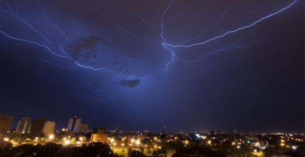 La madrugada de este viernes cayó sobre la ciudad de Santa Cruz una torrencial lluvia acompañada de tormentas eléctricas