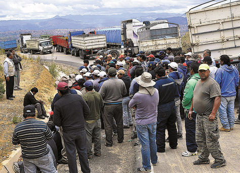 Sucre. Transportistas instalaron un bloqueo en la zona de Salancachi, salida a la región de Ravelo.
