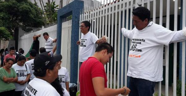 La vigilia, que este martes cumple 16 días, llegó hasta la dirección del Ministerio de Autonomías y procedieron a quitarse sangre y a crucificarse de forma simbólica