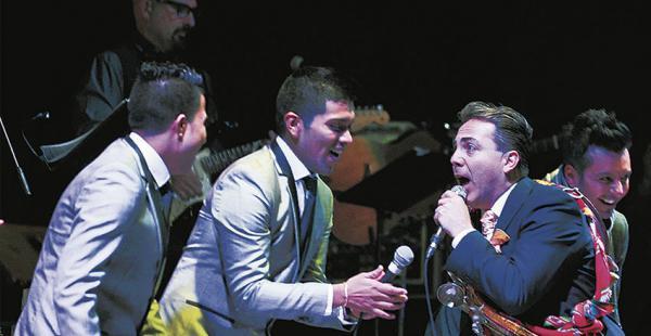 El Grupo 5 y Cristian Castro en el escenario