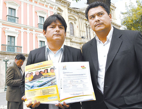 Irregularidades. Los representantes legales de las aldeas, Luis Flores (izquierda) y Claudio Caiguara, en La Paz.